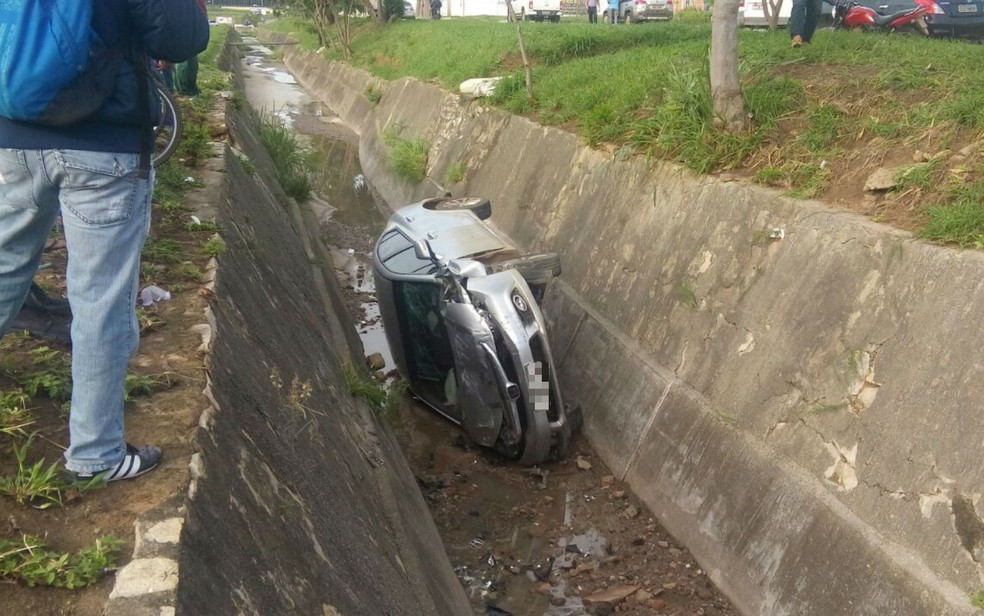 Motorista se distraiu e perdeu controle do veículo (Foto: Luan Ferreira/ TV Sudoeste)