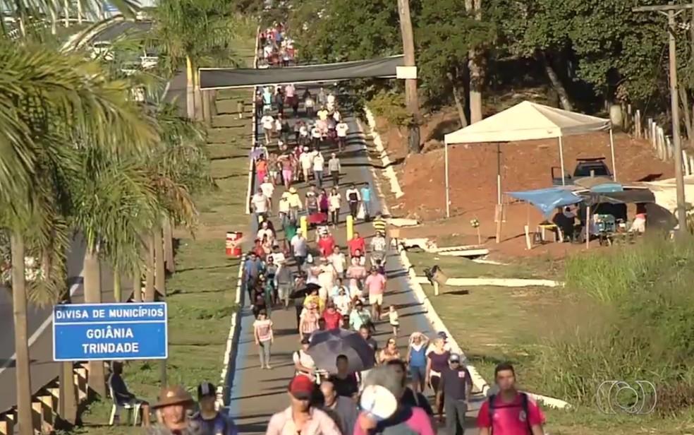 Romeiros percorrem a GO-020 a pé até a Festa do Divino Pai Eterno, em Trindade — Foto: Reprodução/TV Anhanguera