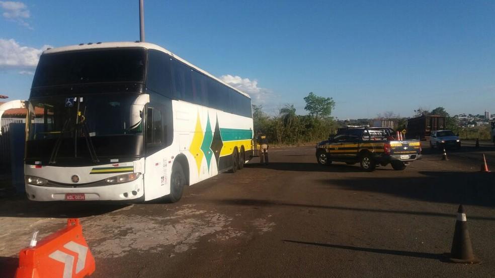 Ônibus clonado era usado por empresa de turismo (Foto: PRF/Divulgação)