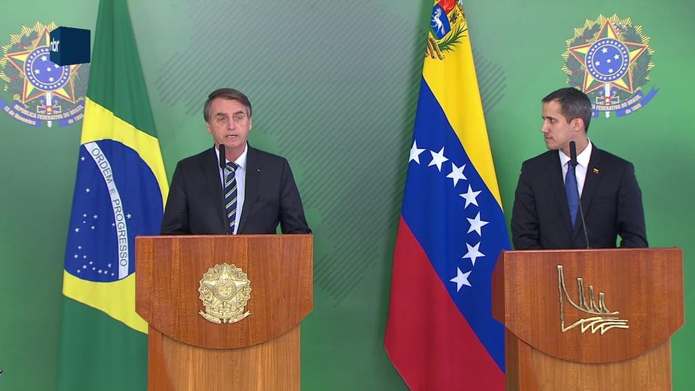 Presidente Jair Bolsonaro e o autodeclarado presidente interino da Venezuela, Juan Guaidó, durante pronunciamento no Planalto — Foto: Reprodução/NBR