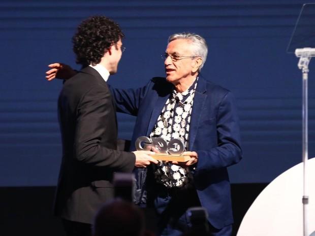 Caetano Veloso entrega o prêmio Música ao filho Zeca (Foto: Roberto Filho)