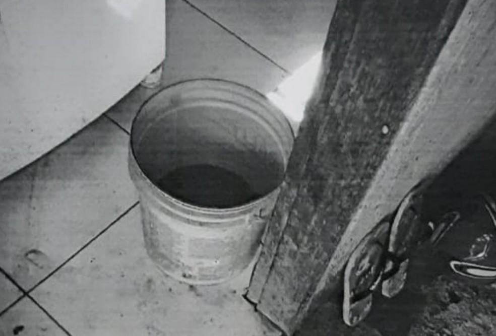 Balde em que bebê se afogou e morreu em Formosa, Goiás — Foto: Reprodução TV Anhanguera