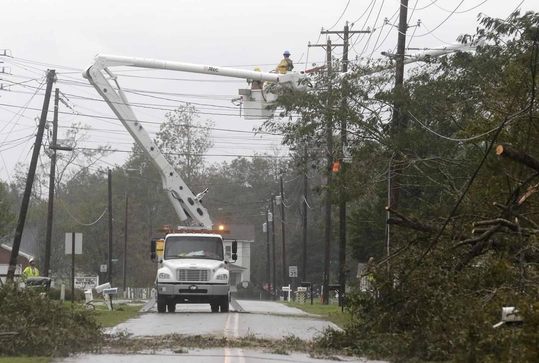Equipes de energia trabalham para restaurar a eletricidade após furacão Florence