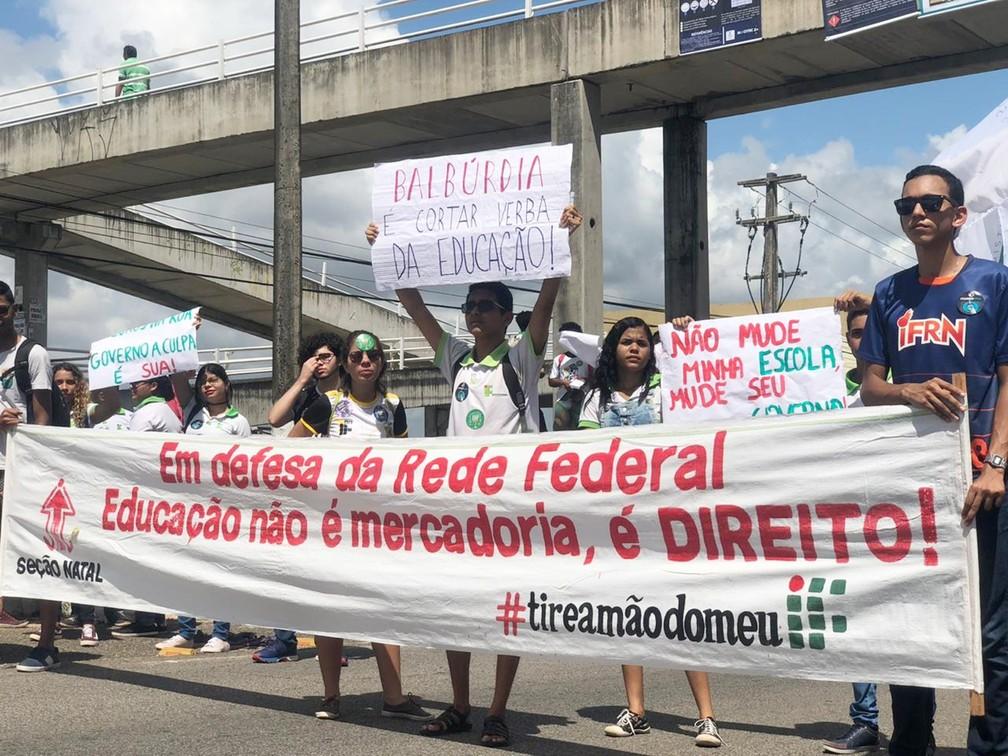 Natal - estudantes e professores fazem protesto contra bloqueios na educação — Foto: Mariana Rocha/Inter TV Cabugi