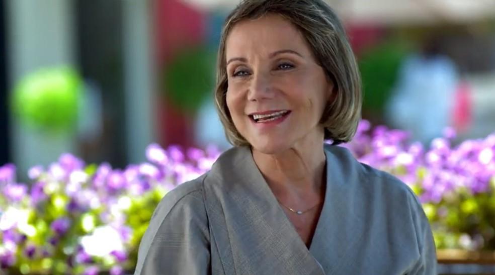 Ângela (Sylvia Massari) é a nova secretária de Jonas (Paulo Betti) em 'A Vida da Gente' — Foto: Globo