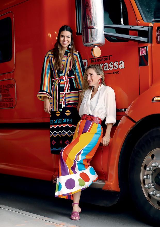 À esquerda, Amanda Cassou veste quimono (R$ 740) e saia (R$ 980). À direita, Luiza Ortiz usa camisa (R$ 690) e saia (R$ 890). Tudo da coleção de estreia da Allmost Vintage (Foto: Leo Faria)