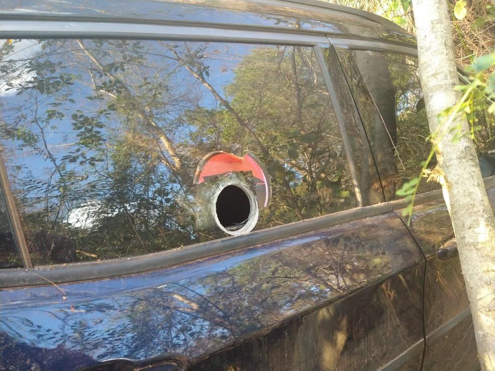 Bandidos fizeram um buraco no vidro para colocar fuzil em Araçatuba— Foto: Arquivo pessoal