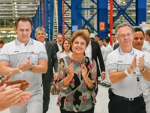A presidente Dilma Rousseff, durante visita a fábrica de automóveis inaugurada em Pernambuco (Foto: Roberto Stuckert Filho/PR)