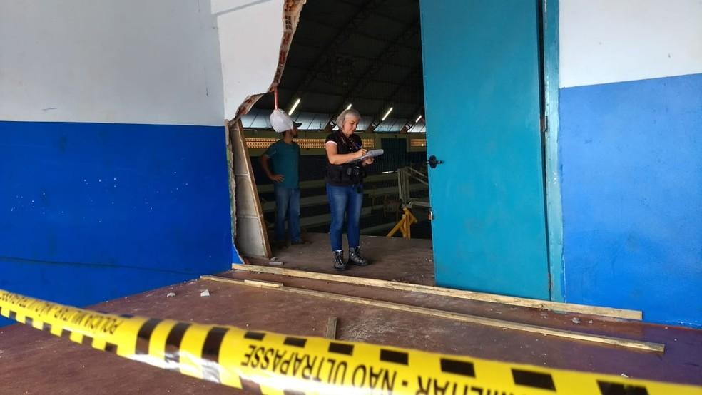 No fim da manhã desta quinta-feira (5), peritos estiveram no ginásio de esportes  (Foto: Fernando Lopes/RPC)