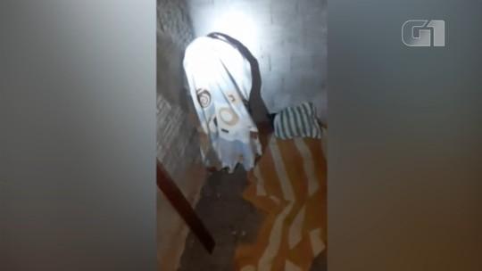 Homem tenta enganar policiais encobrindo corpo com manta para evitar prisão; vídeo