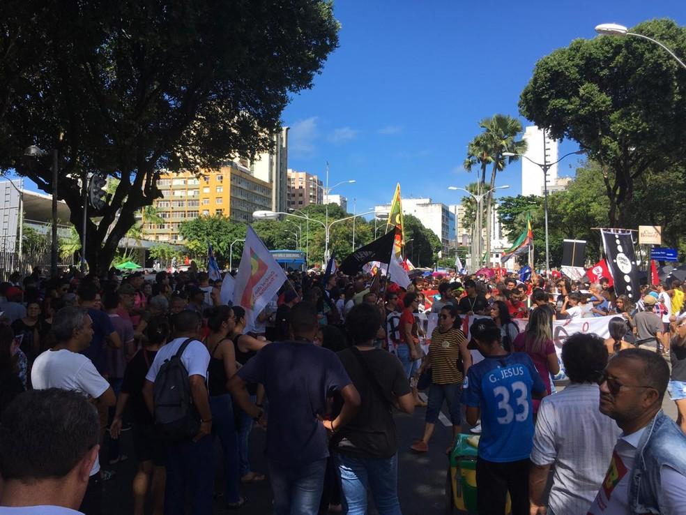 Salvador, às 10h: manifestantes tomam a via, antes de iniciarem caminhada — Foto: Maiana Belo/G1 Bahia