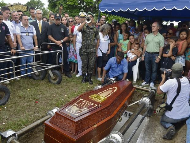 5º Dia: Enterro do policial civil Mario Marcelo de Albuquerque, que foi morto ao tentar impedir assalto em Colatina (Foto: Carlos Alberto Silva/ A Gazeta)