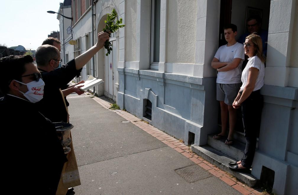 Arras, França: padres franceses abençoam os fiéis no domingo de Páscoa nas ruas já que as missas não puderam ser realizadas com a presença de público — Foto: Pascal Rossignol / Reuters