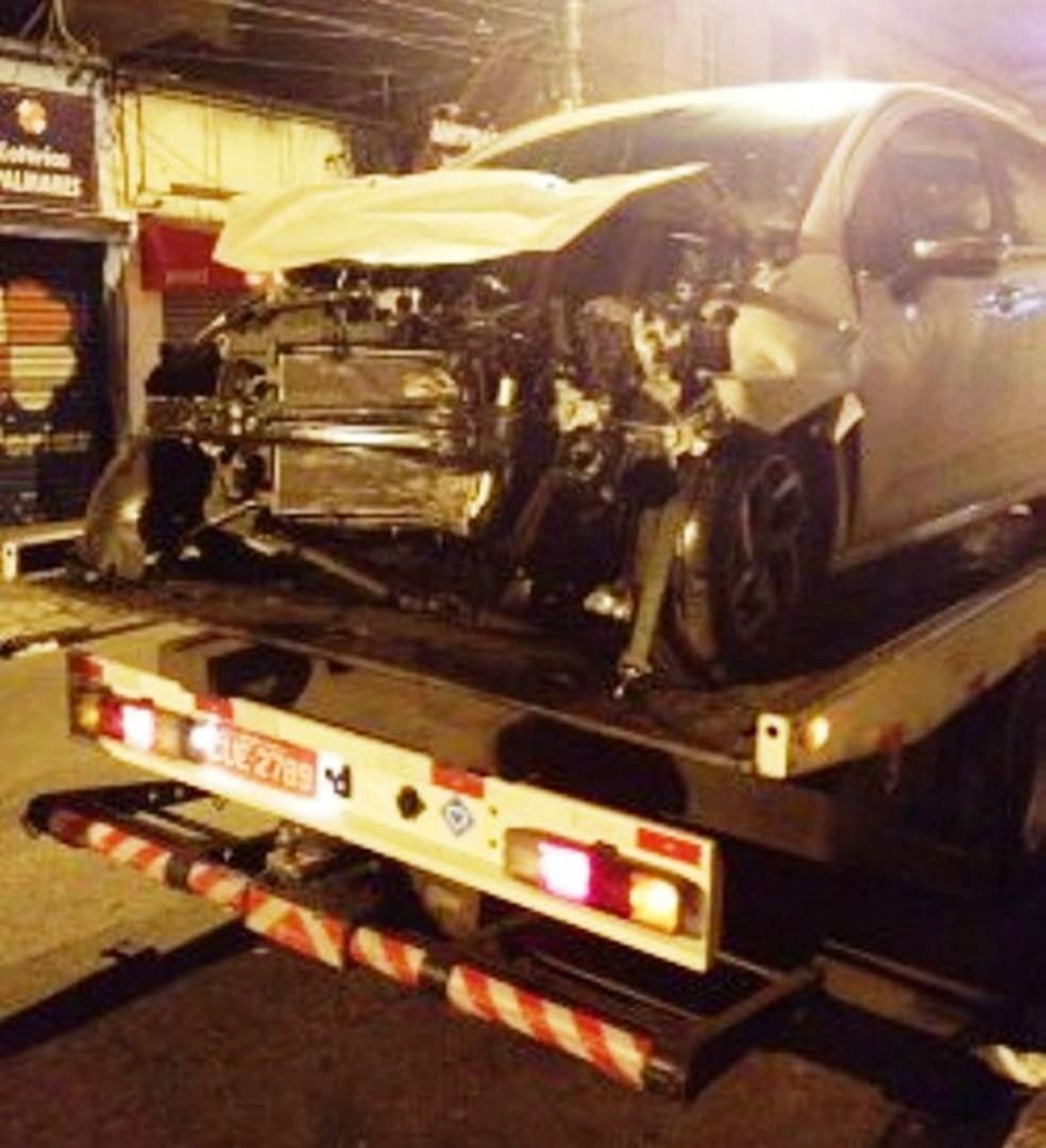 Criminosos bateram em poste com carro roubado (Foto: G1 Santos)