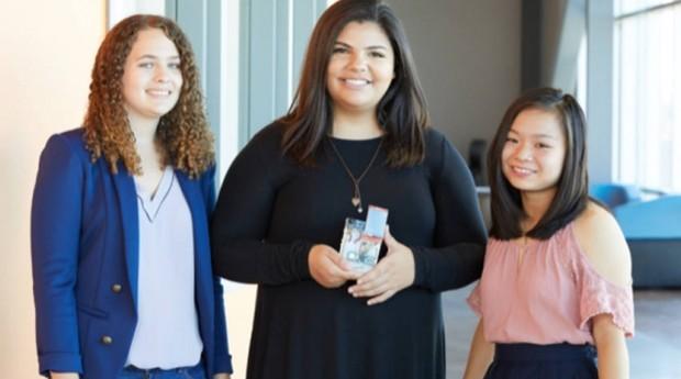 A brasileira Isabela (centro) e suas amigas Lauren e Yohanna criaram VidaCam, que ajuda a detectar cancer de mama (Foto: Divulgação)