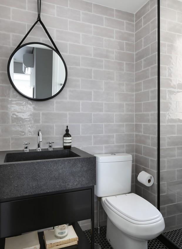 Cuba esculpida, da Mont Blanc, sobre bancada em serralheria dá ar jovem ao banheiro, assim como os revestimentos da Ibiza. Projeto assinado pelo escritório Loft87 (Foto: Mariana Orsi/Divulgação)