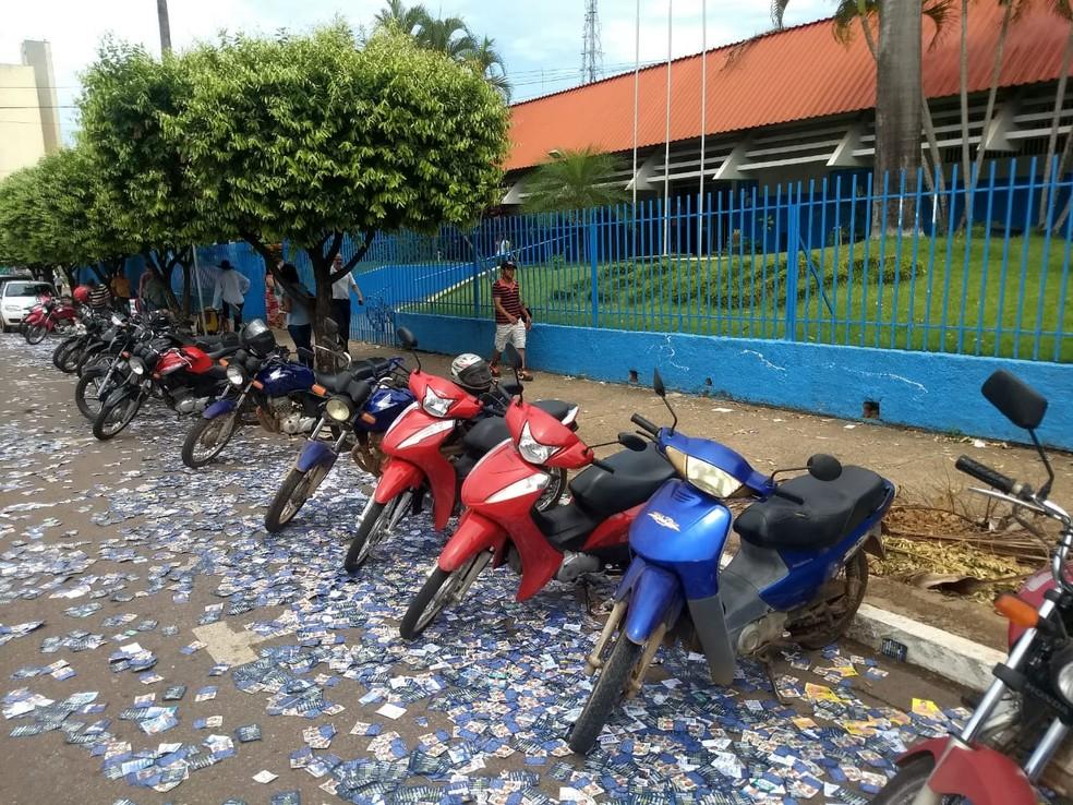 Rua em frente à Escola Estadual Major Otávio Pitaluga, em Rondonópolis, está tomada por santinhos. — Foto: João Pedro Godoy/ TVCA