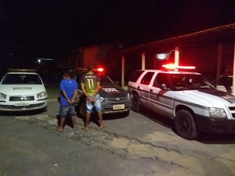 Foragidos foram capturados no Bairro Lapinha (Foto: Polícia Militar/ Divulgação)