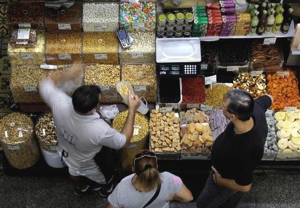 Consumidores fazem compra no Mercado Municipal de São Paulo ; varejo ; consumo ;  (Foto: Paulo Whitaker/Reuters)