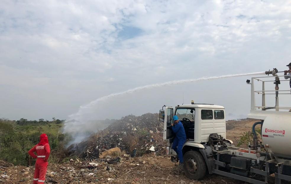 Força-tarefa usa maquinário para cavar buracos de até 15 metros e despejar água (Foto: Guilherme Barbosa/Rede Amazônica Acre)