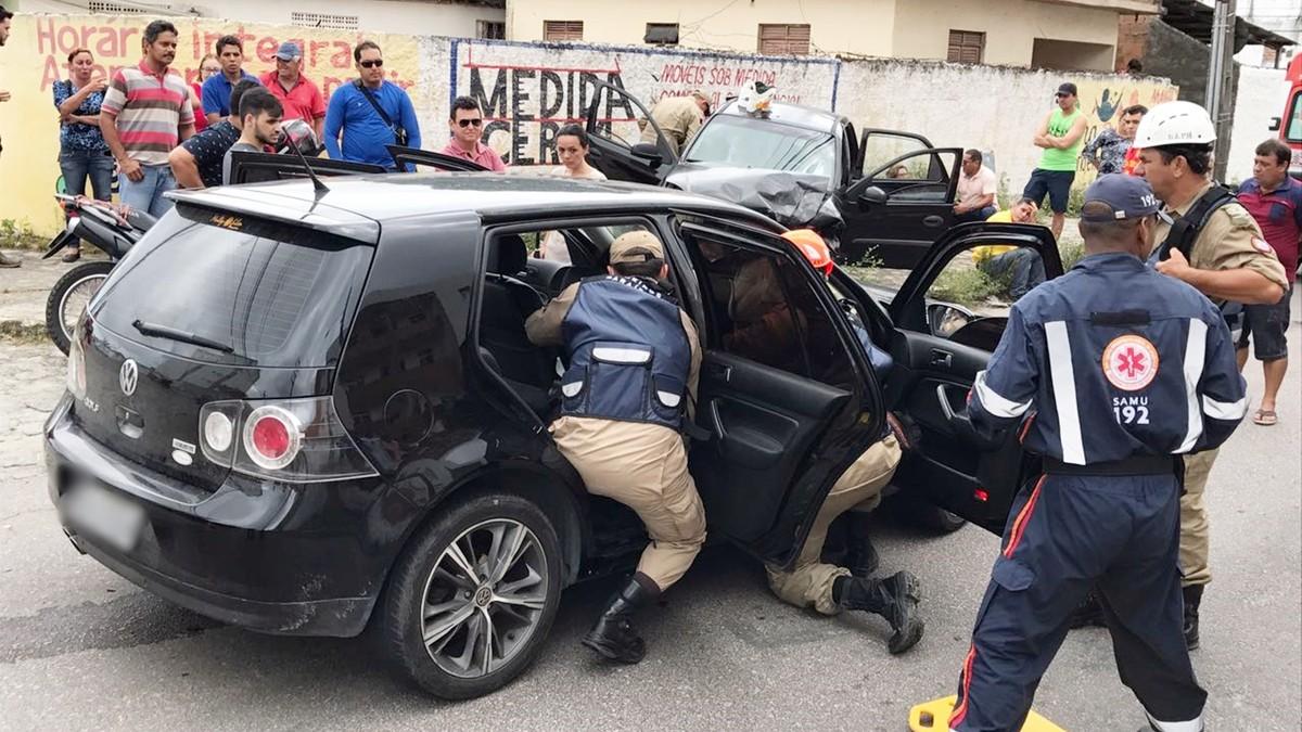 Colisão frontal entre carros deixa pelo menos seis feridos em João Pessoa