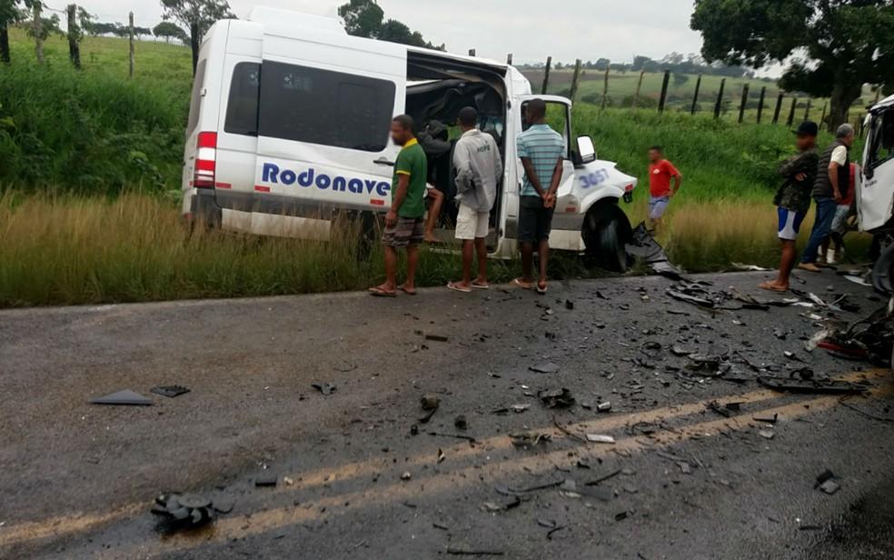 Batida frontal entre van e carreta na manhã desta quinta-feira (20), deixa oito mortos em rodovia da Bahia  — Foto: João da Silva Gomes/Arquivo Pessoal
