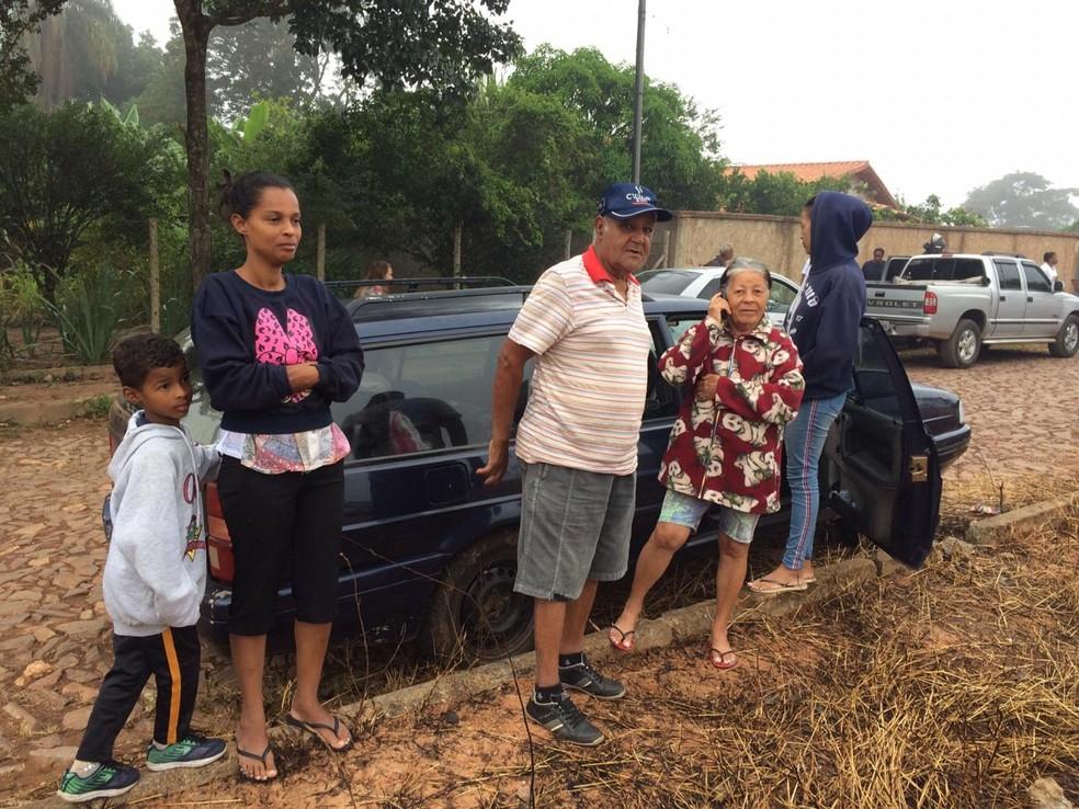 Família de moradores de Brumadinho deixam sua casa após alarme sobre risco de rompimento de nova barragem — Foto: Paula Paiva Paulo/G1