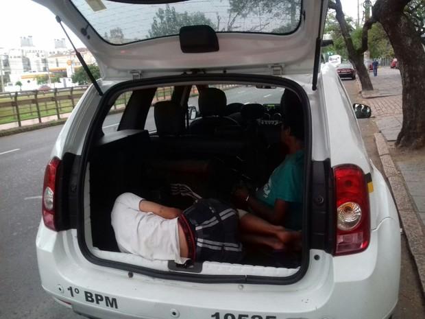 Presos são abrigados dentro de viaturas por conta da falta de vagas (Foto: Arquivo Pessoal/G1)