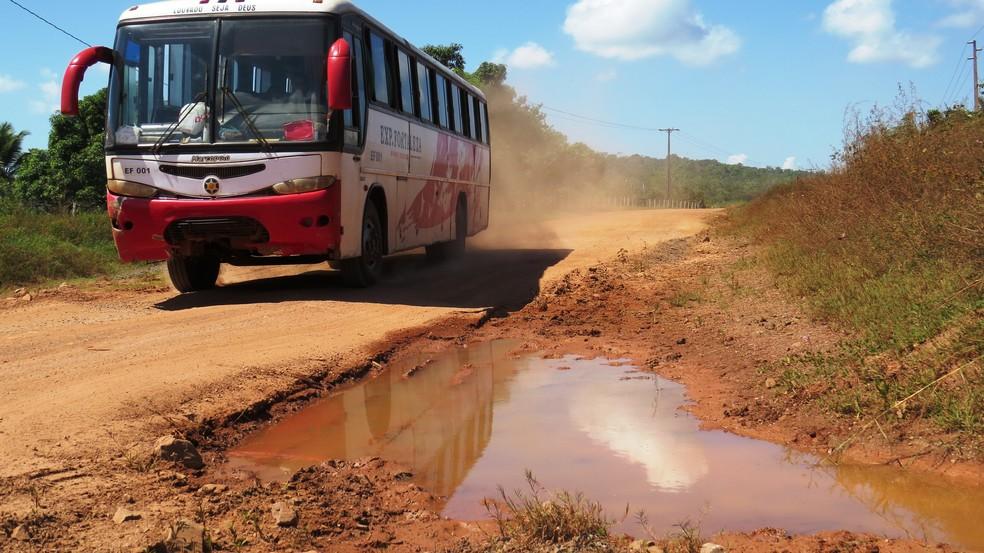 Donos de ônibus que fazem o transporte de cargas e passageiros entre os municípios de Monte Alegre e Prainha se queixam de prejuízos (Foto: José Maria Piteira)