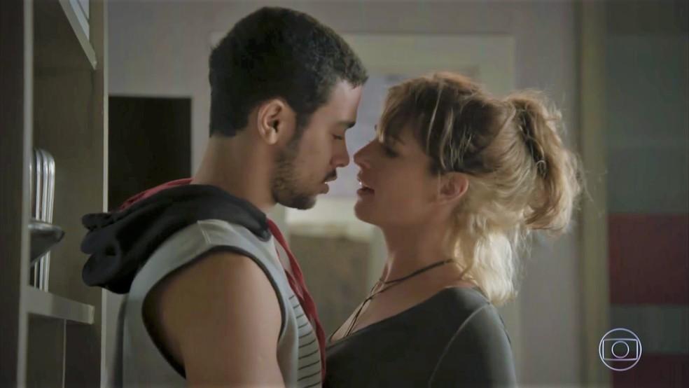 Sofia (Priscila Steinman) pede ajuda de Jacaré para pôr plano em prática — Foto: TV Globo