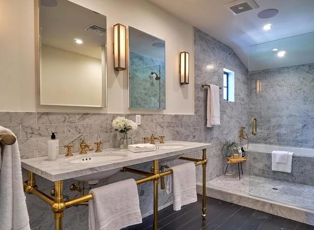 Os toques de dourado dá um toque elegante à casa (Foto: The Agency)