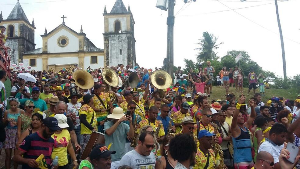 Orquestra acompanha o desfile do Bacalhau do Batata, nesta quarta-feira (14), em Olinda (Foto: Marina Meireles/G1)