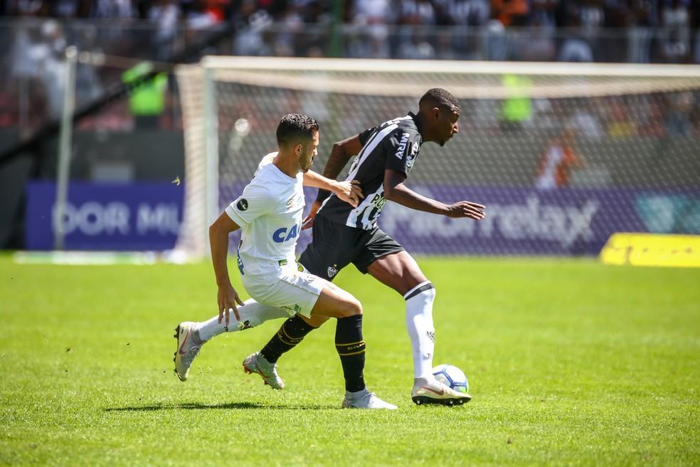 Emerson vai se consolidando como titular na lateral direita (Foto: Bruno Cantini/Atlético-MG)