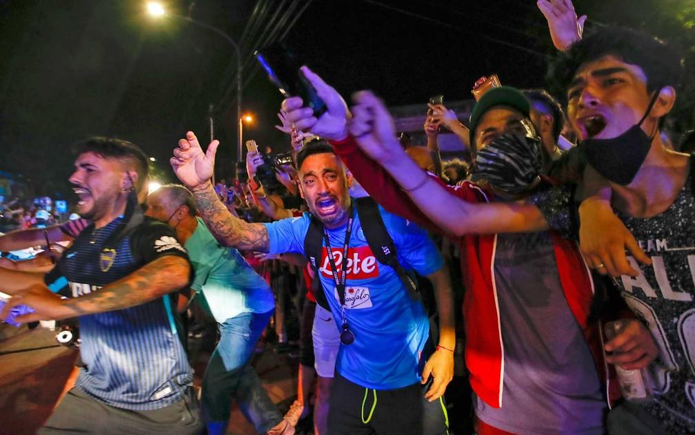 Argentinos choram a morte de Diego Maradona em Buenos Aires - Foto: Natacha Pisarenko / AP