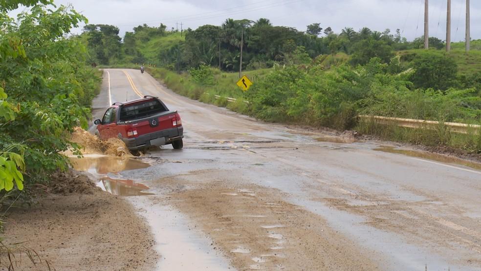 Condutores enfrentam problemas durante o tráfego na BR-421 (Foto: Rede Amazônica/Reprodução)