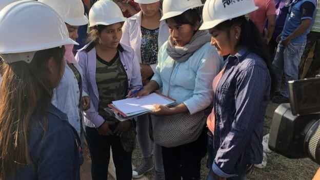 BBC - Grupo de seis mulheres e de universitários se somaram aos voluntários no combate ao fogo (Foto: BORIS MIRANDA VIA BBC)