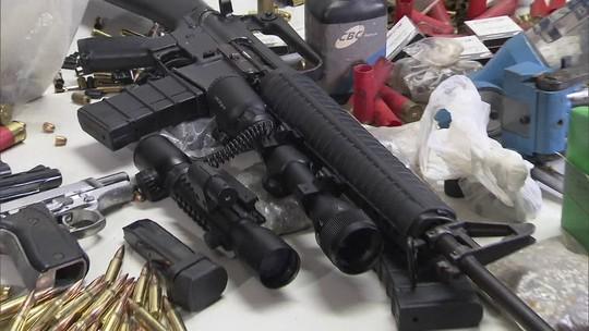 PM apreende arsenal com pistolas, fuzil e R$ 40 mil em loja de ferragens no DF