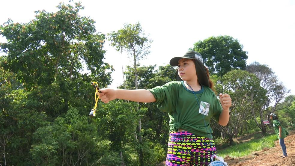 Mel Sophia, de 11 anos, gostou da iniciativa em poder contribuir com a melhora do meio ambiente — Foto: Rede Amazônica/Reprodução