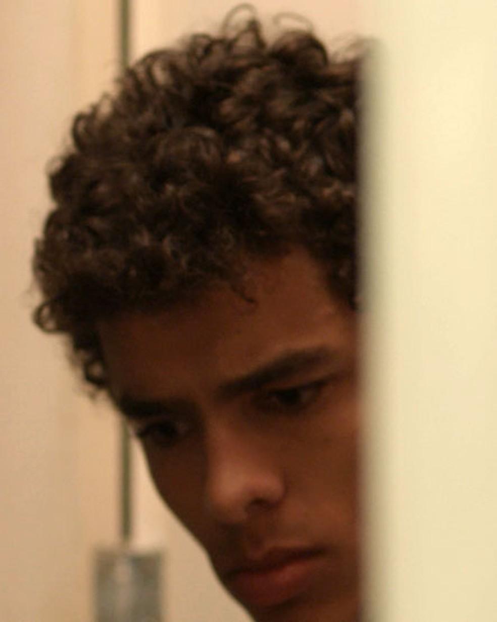 Tato (Matheus Abreu) escuta conversa sobre Deco em 'Malhação - Viva a Diferença' e se descontrola — Foto: Globo