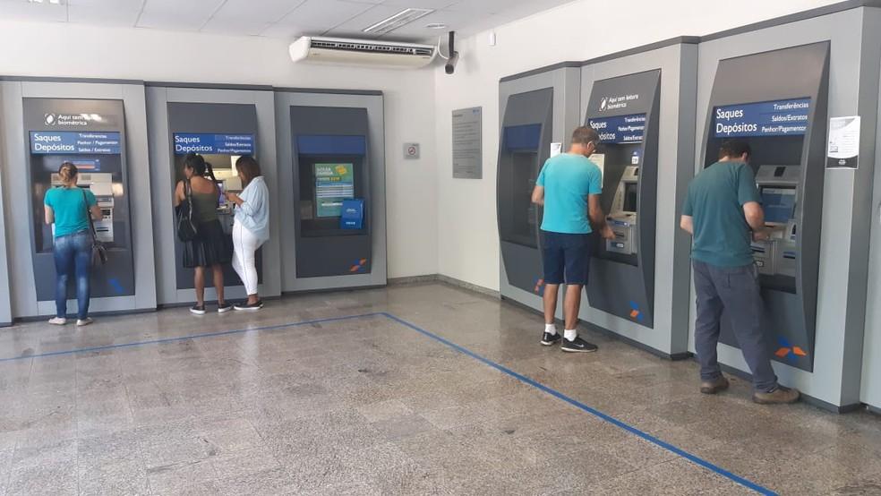 Saque do Bolsa Família ficou preso em gaveta de caixa eletrônico de São Pedro — Foto: Edijan Del Santo/EPTV