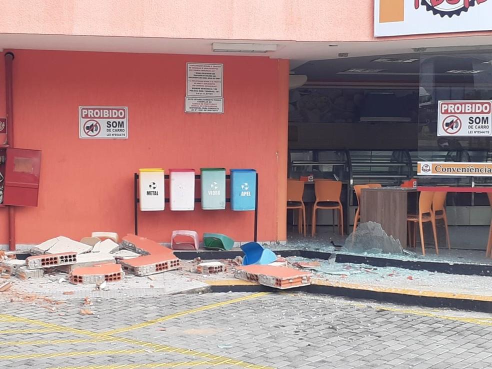 Parte da estrutura do posto ficou destruída após criminosos tentarem explodir um cofre em Natal — Foto: Kleber Teixeira/Inter TV Cabugi