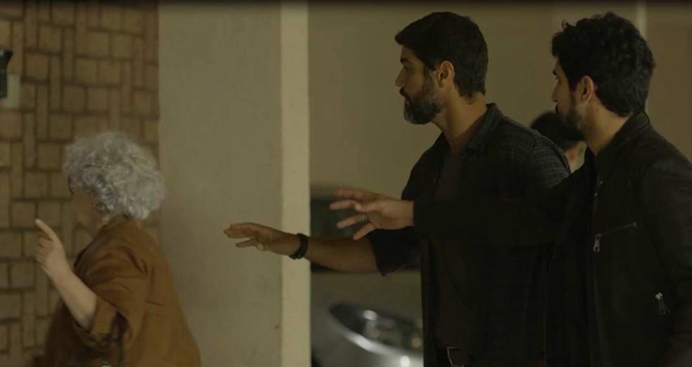 Jamil (Renato Góes) e Hussein (Bruno Cabrerizo) tentam falar com possível testemunha — Foto: Globo