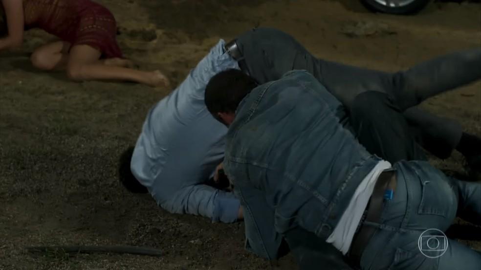 Beto (João Baldasserini) entra na briga com Genésio (Cláudio Galvan) para ajudar Apolo (Malvino Salvador) - 'Haja Coração' — Foto: Globo