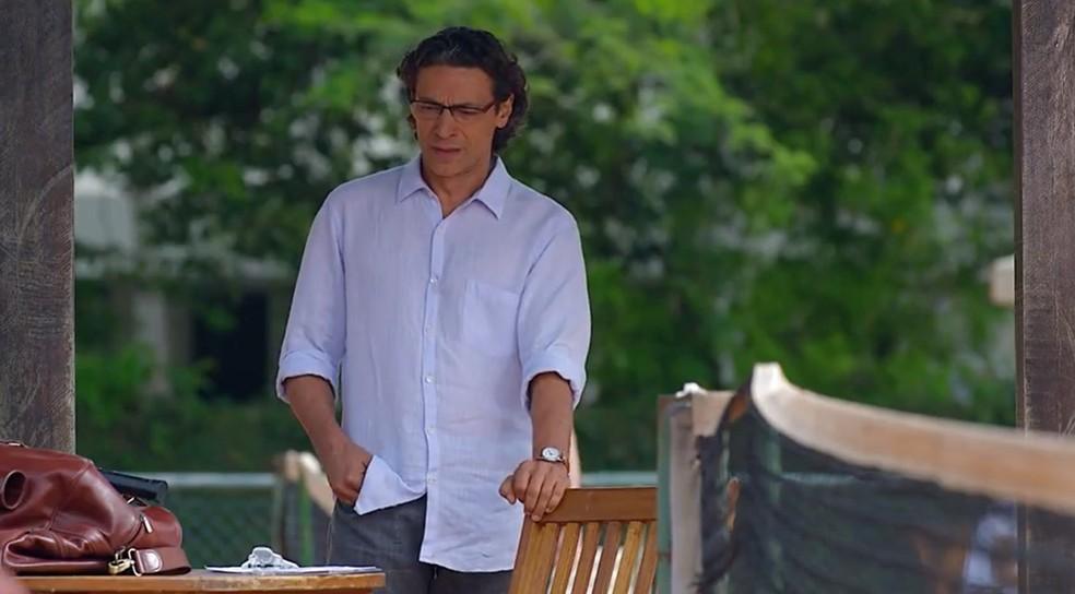Renato (Luiz Carlos Vasconcelos) se abala com reação de Vitória (Gisele Fróes) em A Vida da Gente' — Foto: Globo