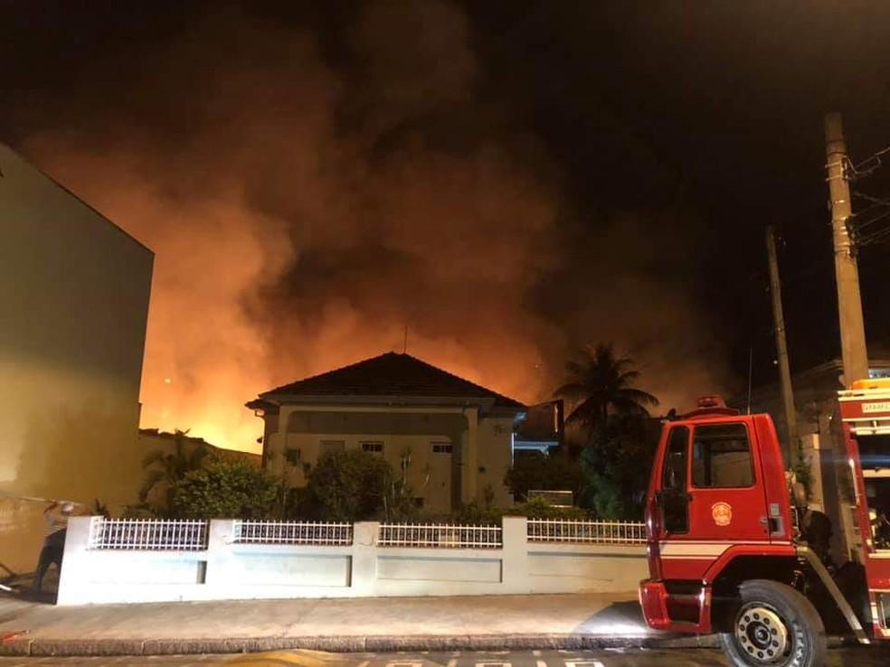 Bombeiros levaram quatro horas para controlar incêndio em supermercado de Tietê  — Foto: Arquivo Pessoal