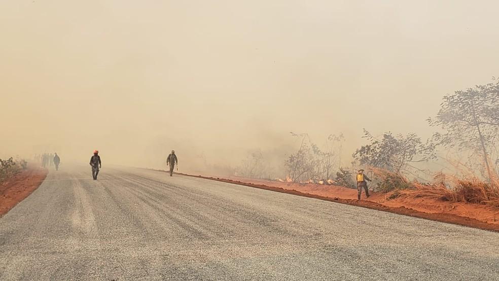 Brigadistas combatem fogo em Chapada dos Guimarães (MT) — Foto: Ianara Garcia/TVCA