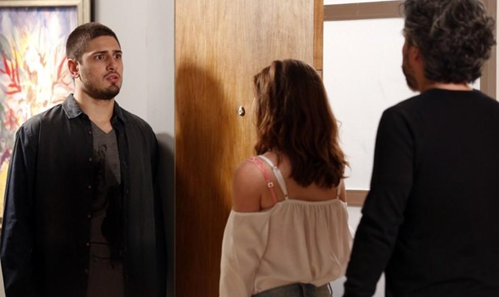 João Lucas (Daniel Rocha) encontra José Alfredo (Alexandre Nero) no apartamento de Maria Isis (Marina Ruy Barbosa) - 'Império'  — Foto: Globo