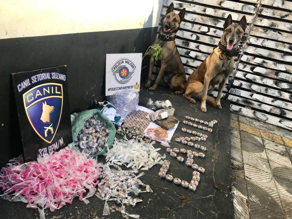 Equipe do canil da PM apreende mais de 4 quilos de drogas em Suzano