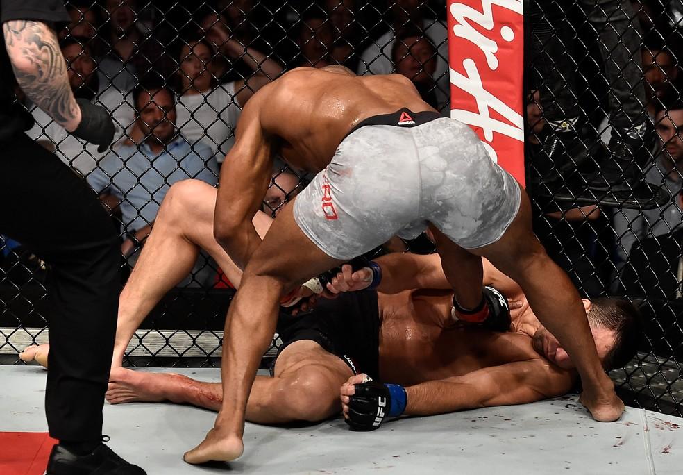 Yoel Romero aplica o segundo direto de esquerda e deixa Luke Rockhold inconsciente no UFC 221 (Foto: Getty Images)