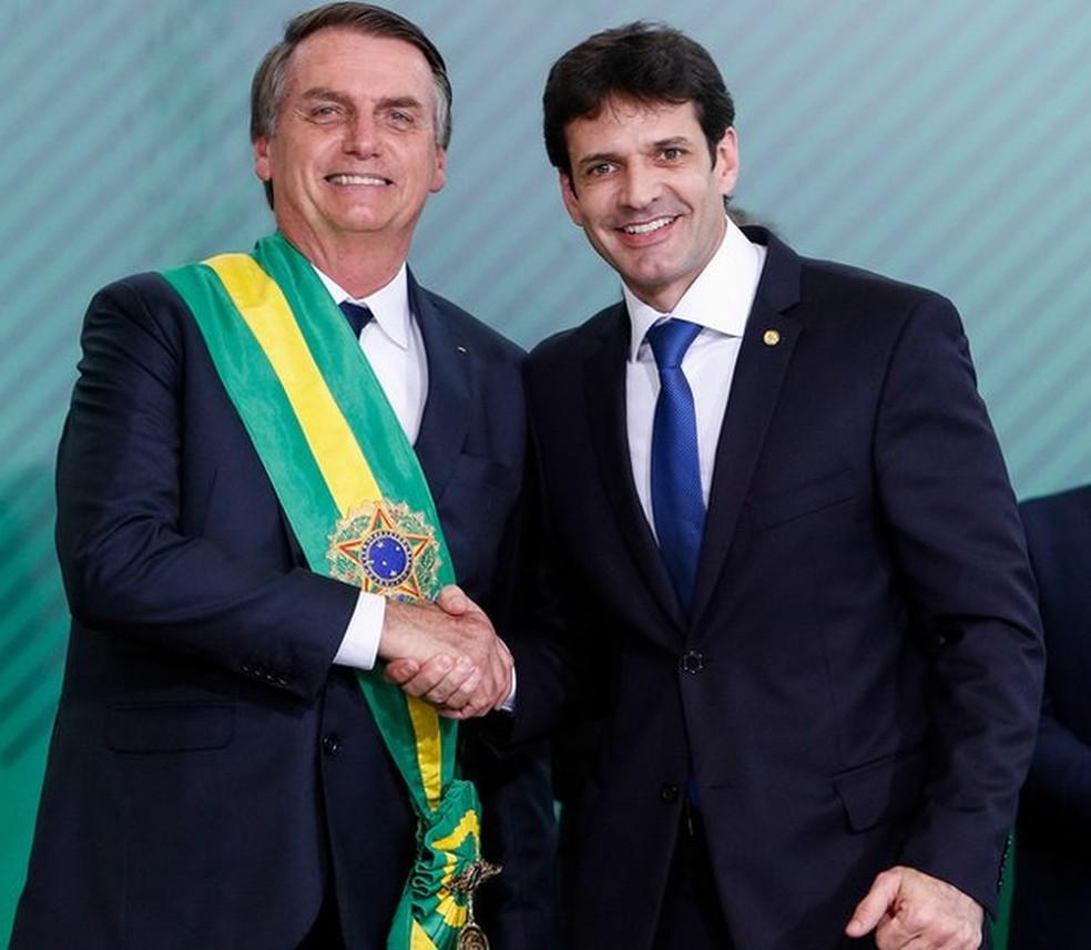 Presidente Bolsonaro cumprimenta o ministro do Turismo, Marcelo Álvaro Antônio. — Foto: Alan Santos/Presidência